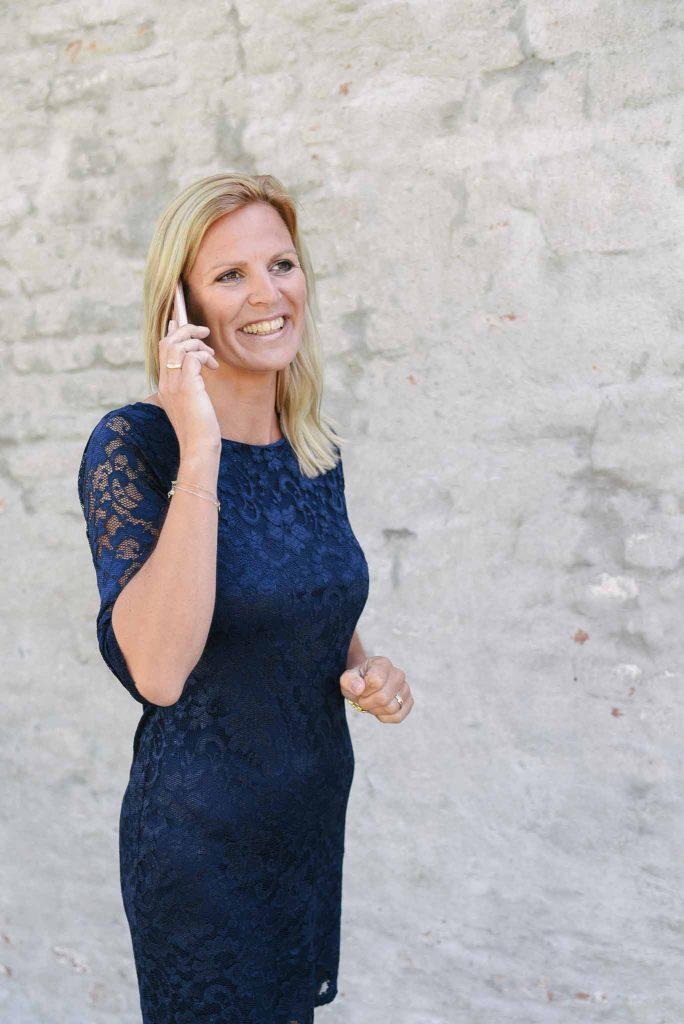 Tessa van Balen aan de telefoon